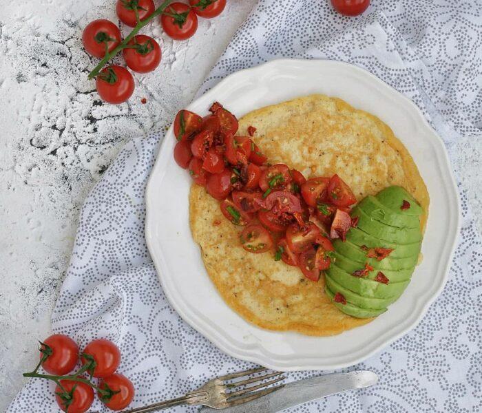 Omlet z pomidorkami, awokado i płatkami papryki