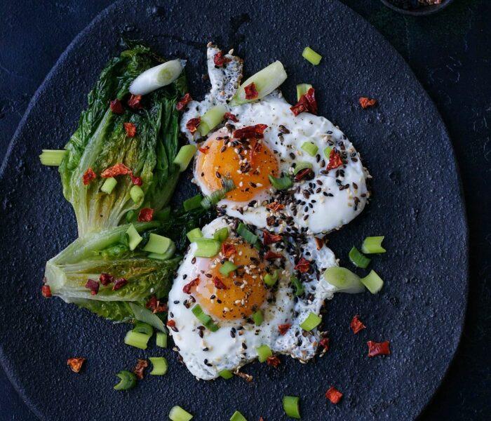 Jajka sadzone z ziarnami i sałatą