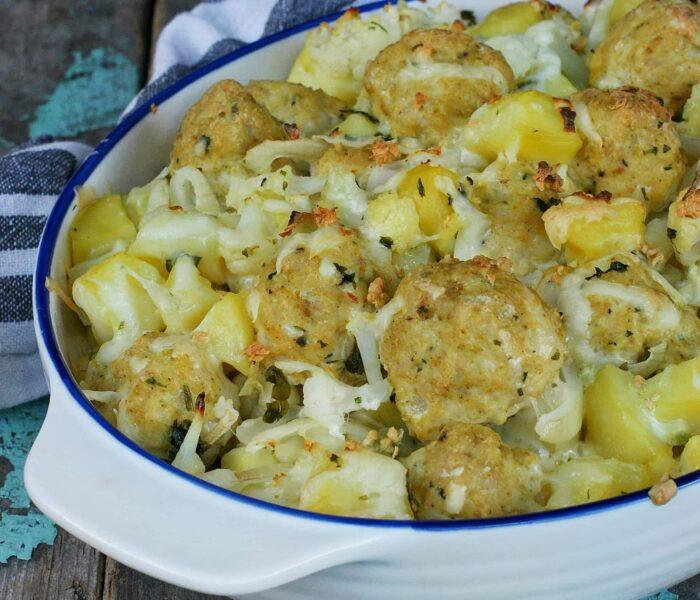 Zapiekanka z ziemniakami, klopsikami i kalafiorem